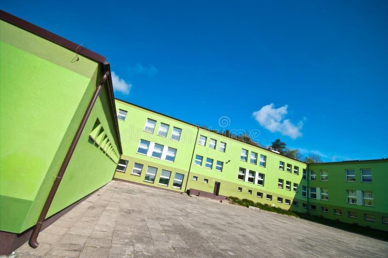 Πράσινο σχολικό κτίριο στοκ φωτογραφίες