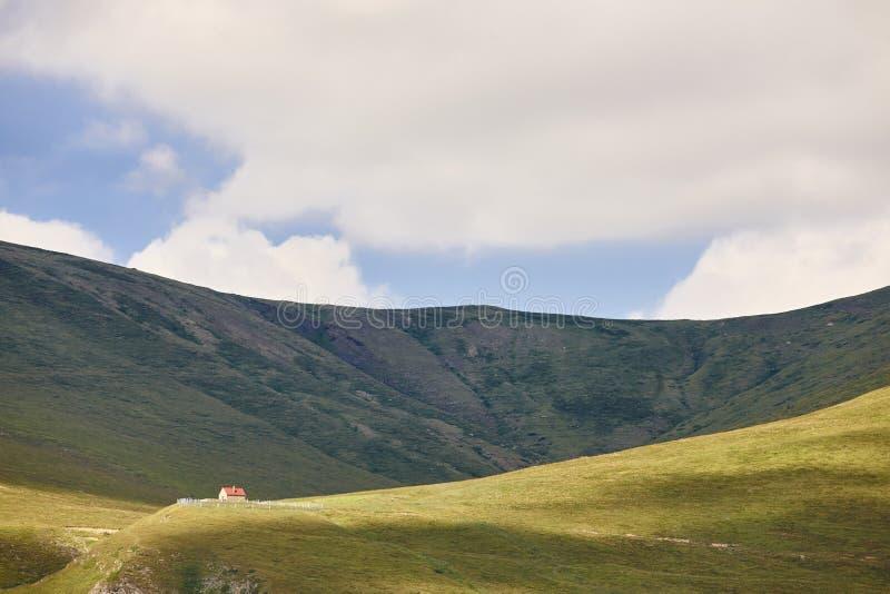 Πράσινο τοπίο βουνών Desolated με το μόνο αγροτικό σπίτι Spai στοκ φωτογραφίες με δικαίωμα ελεύθερης χρήσης