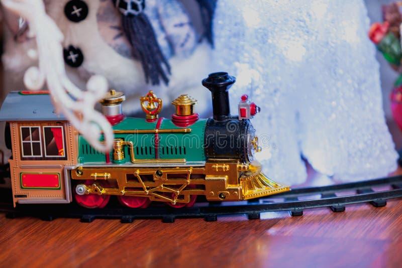 Πράσινο τραίνο παιχνιδιών στις ράγες στοκ εικόνες με δικαίωμα ελεύθερης χρήσης