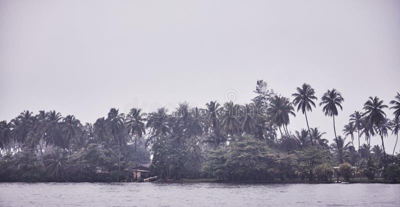 Πράσινο τροπικό τοπίο νησιών Ήρεμη διάθεση σύννεφων στοκ φωτογραφία