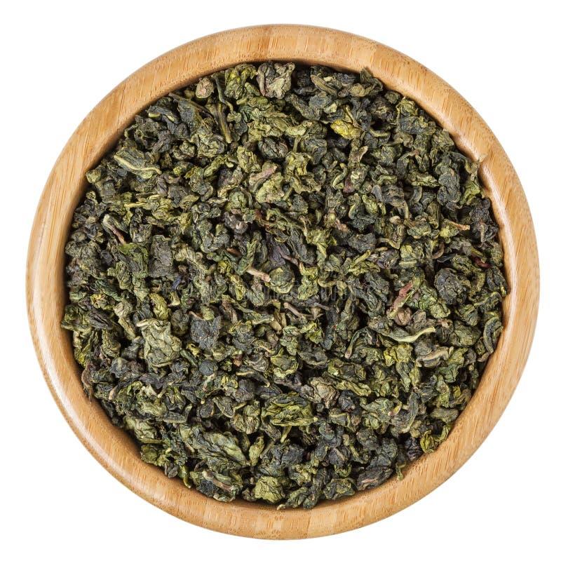 Πράσινο τσάι γάλακτος oolong στο ξύλινο κύπελλο που απομονώνεται στο άσπρο υπόβαθρο στοκ φωτογραφίες