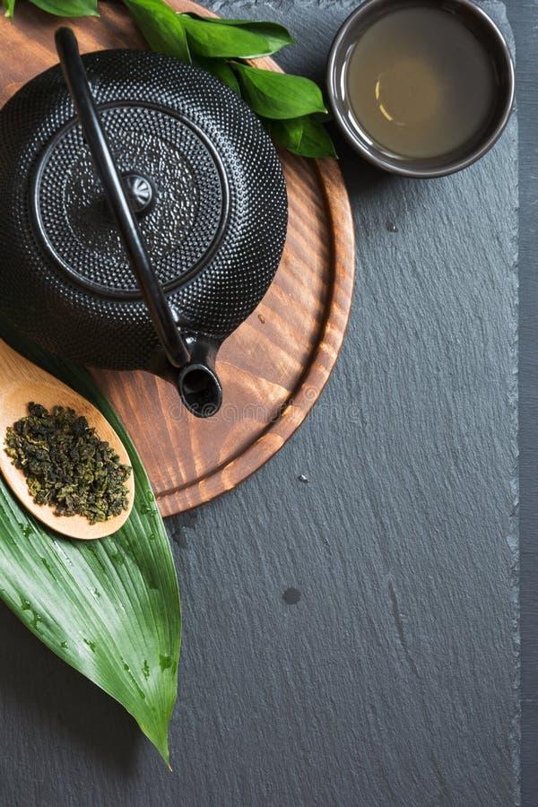Πράσινο τσάι στη μαύρη πλάκα Τοπ άποψη με το διάστημα αντιγράφων στοκ εικόνες