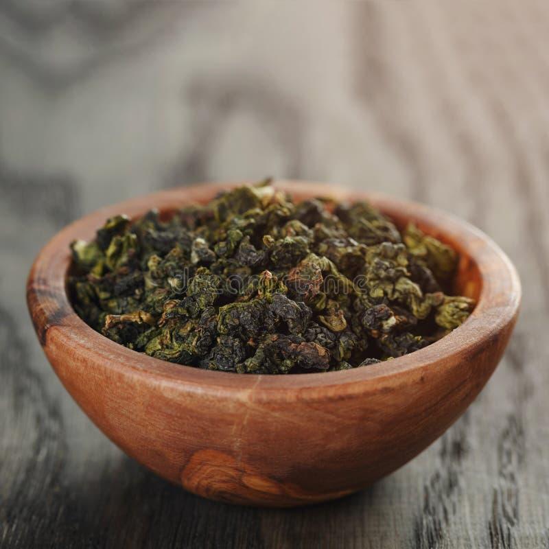 Πράσινο τσάι Oolong στο κύπελλο ελιών στοκ εικόνες