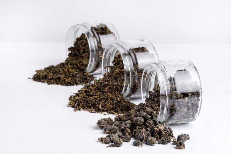 Πράσινο πράσινο τσάι Oolong σφαιρών τσαγιού με το πράσινο τσάι λωτού με την ποικιλία πιπεροριζών του πράσινου τσαγιού γυαλιού ξηρ στοκ φωτογραφία με δικαίωμα ελεύθερης χρήσης