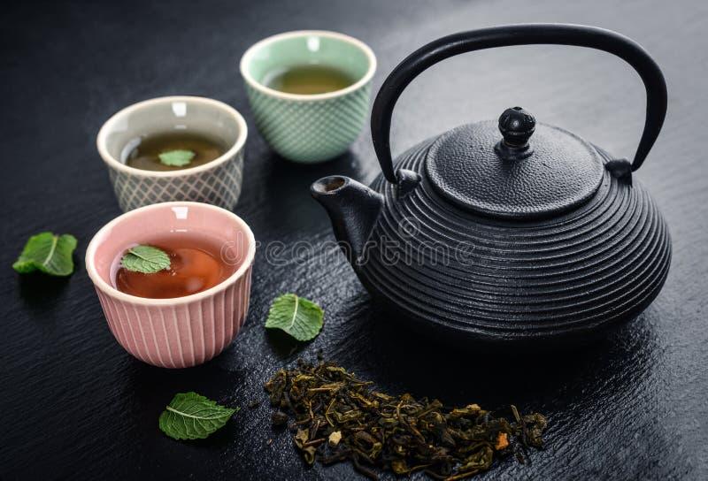 Πράσινο τσάι teapot χυτοσιδήρων στοκ φωτογραφία