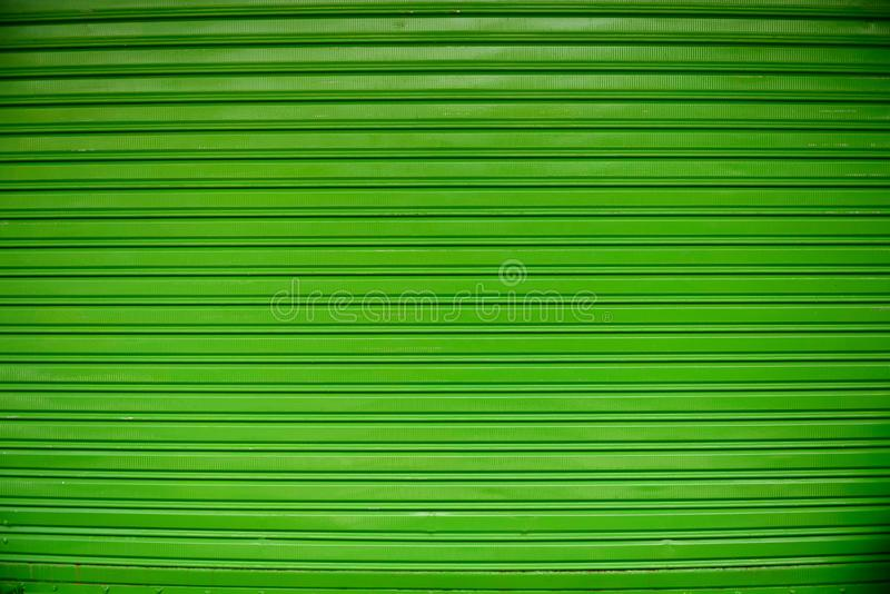Πράσινο υπόβαθρο μετάλλων με ένα σχέδιο των οριζόντιων γραμμών στοκ εικόνα