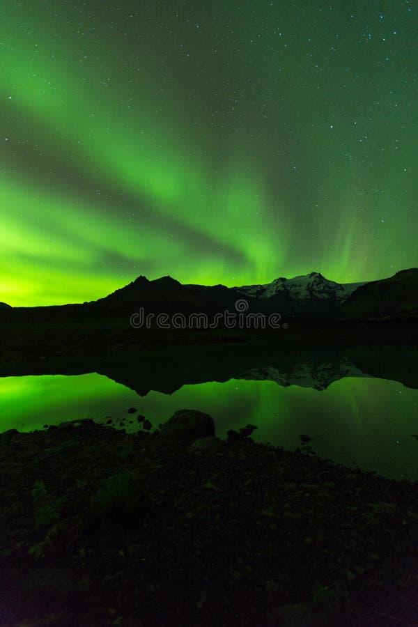 Πράσινο φως αυγής πίσω από το βουνό λιμνών στη νότια Ισλανδία Ευρώπη στο εθνικό πάρκο skaftafell στοκ φωτογραφία