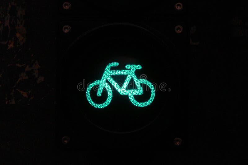 Πράσινο φως για τους ποδηλάτες τή νύχτα στοκ φωτογραφίες με δικαίωμα ελεύθερης χρήσης