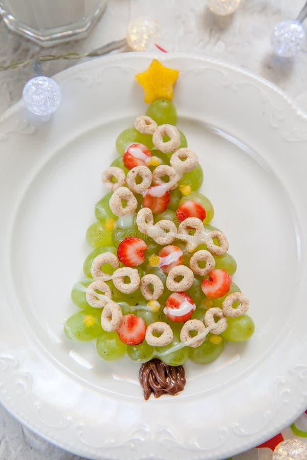 Πράσινο χριστουγεννιάτικο δέντρο σταφυλιών - πρόγευμα πρόχειρων φαγητών επιδορπίων για τα παιδιά στοκ φωτογραφίες με δικαίωμα ελεύθερης χρήσης