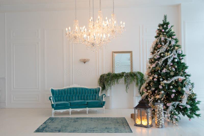 Πράσινο χριστουγεννιάτικο δέντρο με ένα ρόδινο ντεκόρ Τυρκουάζ καναπές στο ι στοκ φωτογραφίες με δικαίωμα ελεύθερης χρήσης