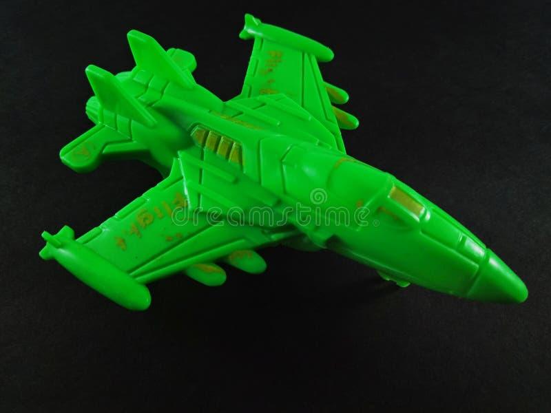 Πράσινο χρώμα Αεροπλάνο Game Jet απομονωμένο σε μαύρο φόντο στοκ εικόνες