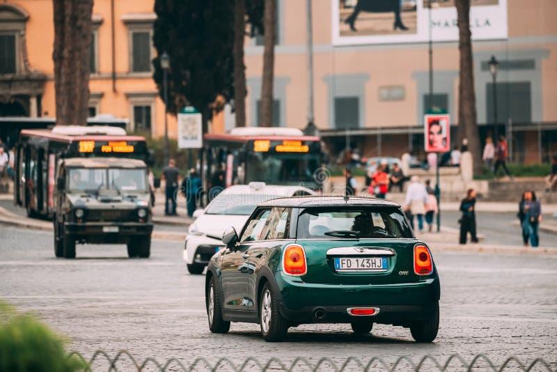 Πράσινο Χρώμα Μίνι Μία Καταπακτή Μίνι Κούπερ Αυτοκίνητο Που Οδηγεί Στην Οδό City στοκ φωτογραφία με δικαίωμα ελεύθερης χρήσης