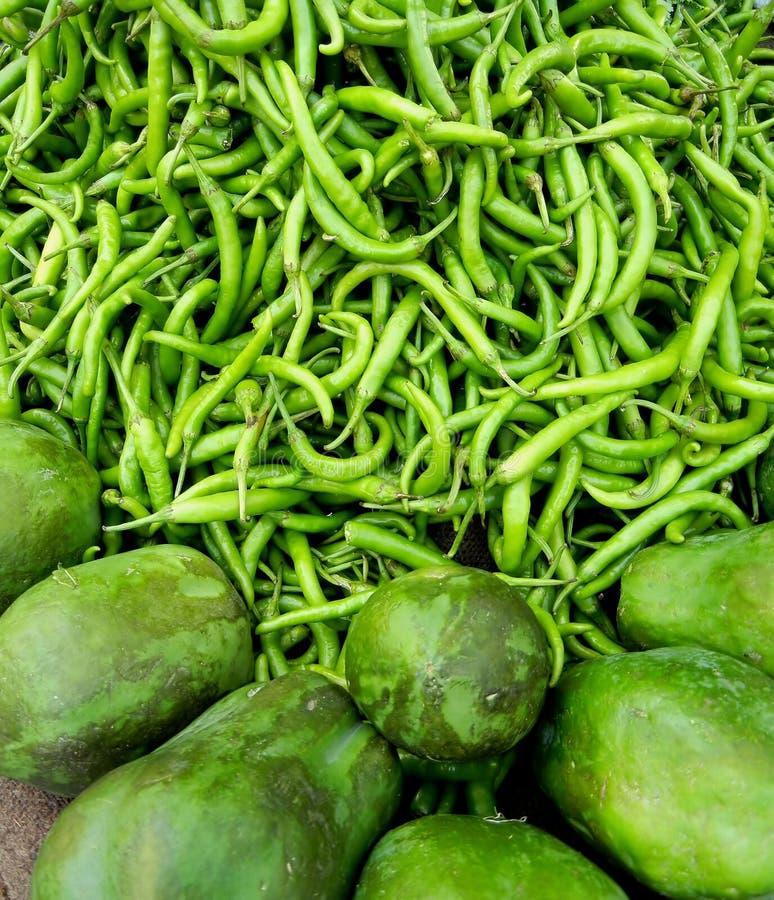 Πράσινο Constrast των πιπεριών και Papaya στοκ εικόνες με δικαίωμα ελεύθερης χρήσης