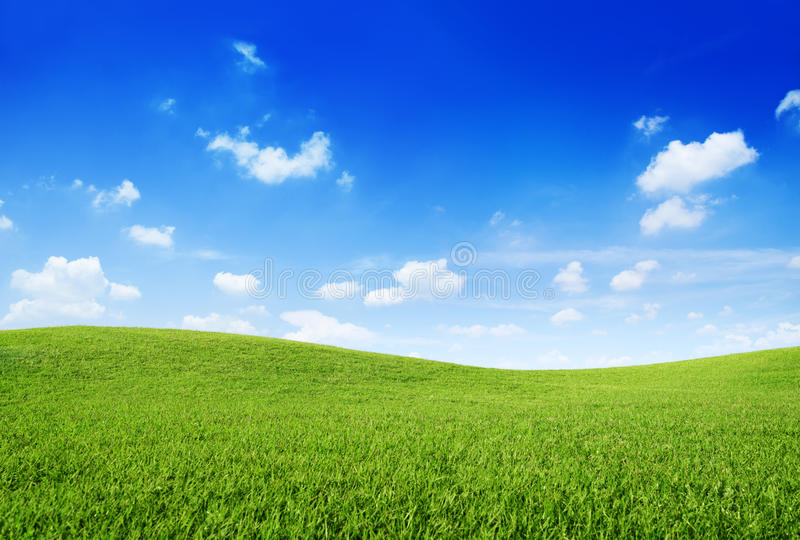 Πράσινο Hill χλόης και σαφής μπλε ουρανός στοκ φωτογραφία με δικαίωμα ελεύθερης χρήσης