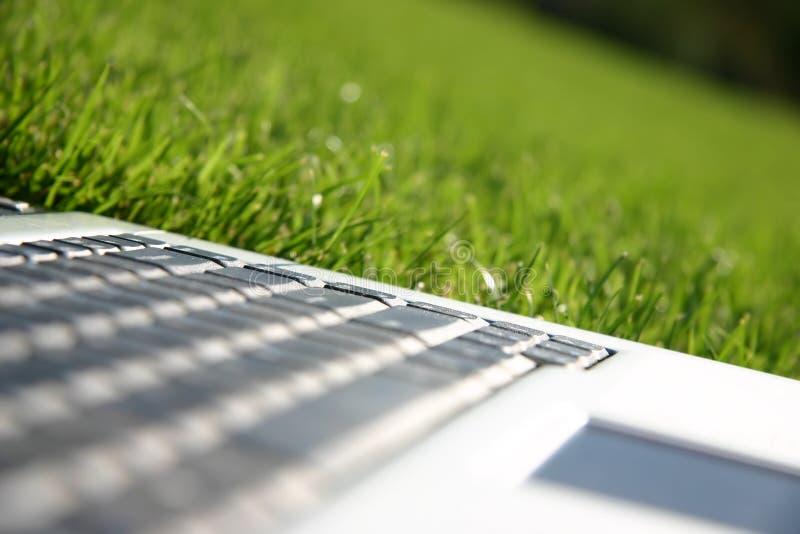 πράσινο lap-top πληκτρολογίων πεδίων στοκ φωτογραφίες με δικαίωμα ελεύθερης χρήσης