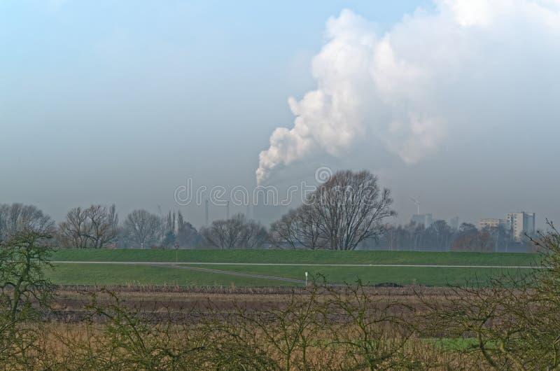Πράσινο smock λιβαδιών και βιομηχανίας στο μπλε ουρανό στοκ φωτογραφία με δικαίωμα ελεύθερης χρήσης
