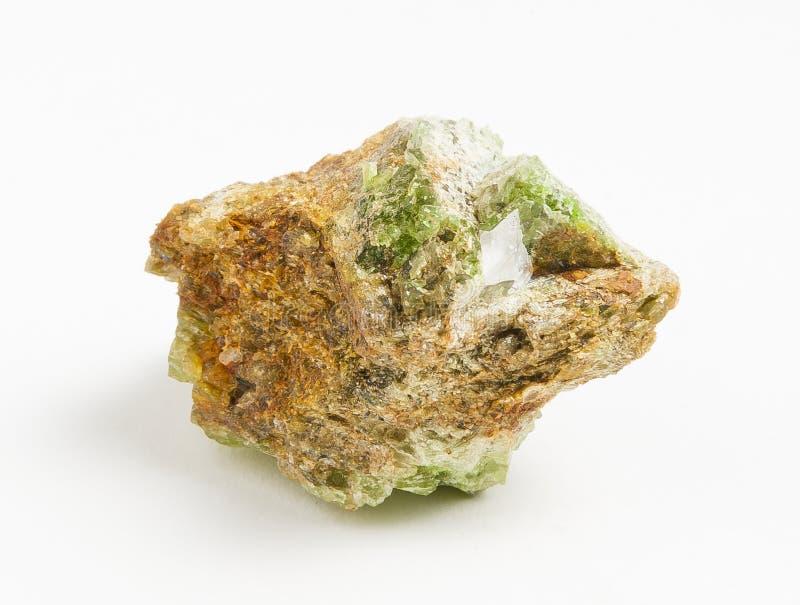 Πράσινο tourmaline μεταλλεύματος στο άσπρο υπόβαθρο στοκ φωτογραφία με δικαίωμα ελεύθερης χρήσης