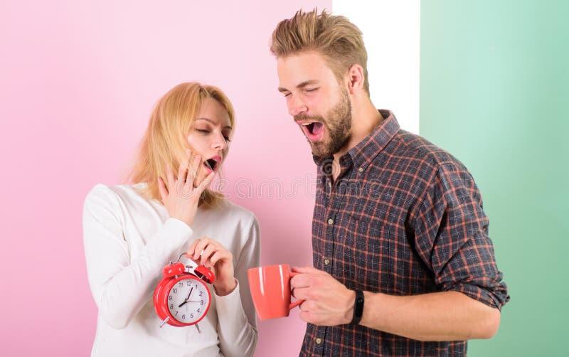 Πρέπει να πάμε στο κρεβάτι νωρίτερα Η γυναίκα και ο άνδρας νυσταλέοι ο καφές πρωινού ποτών τρίχας Λυπηθείτε για το πρόσφατο καθεσ στοκ φωτογραφία με δικαίωμα ελεύθερης χρήσης