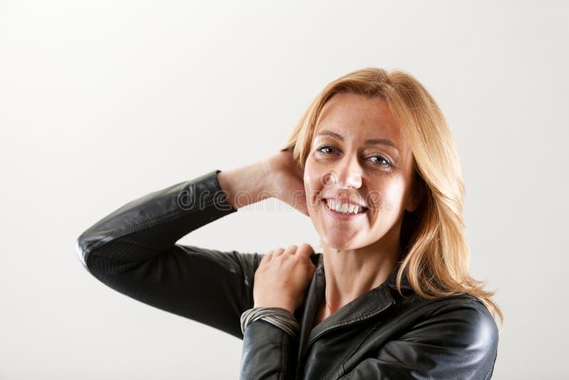 Πραγματική γυναίκα που περνά το χέρι της μέσω της τρίχας της στοκ εικόνες με δικαίωμα ελεύθερης χρήσης
