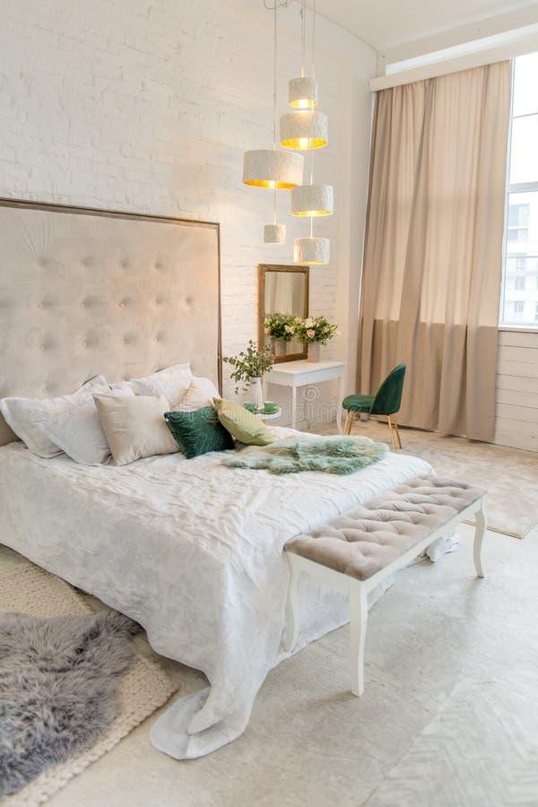 Πραγματική φωτογραφία ενός εσωτερικού κρεβατοκάμαρων κρητιδογραφιών με ένα διπλό κρεβάτι, πίνακας επιδέσμου, καρέκλα Δωμάτιο ξενο στοκ φωτογραφία