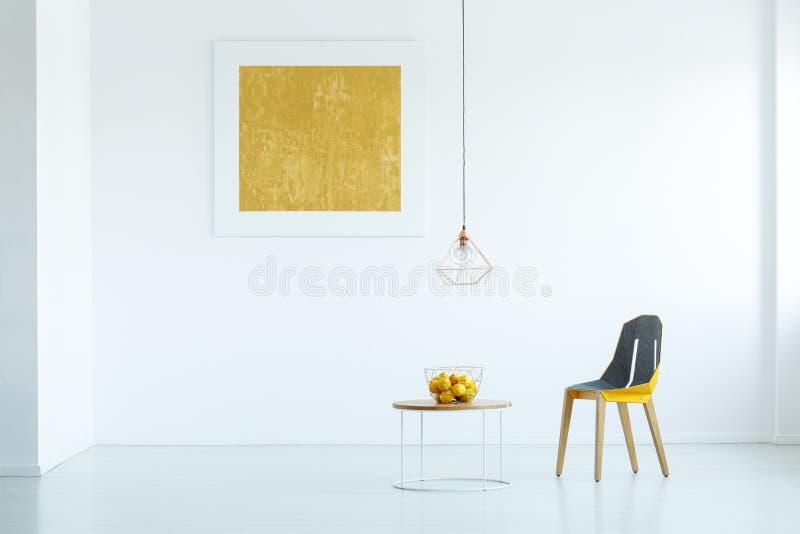 Πραγματική φωτογραφία μιας καρέκλας που στέκεται δίπλα σε έναν πίνακα με τα φρούτα στο whi στοκ φωτογραφία με δικαίωμα ελεύθερης χρήσης