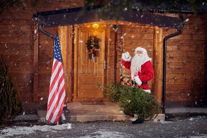 Πραγματικός Άγιος Βασίλης αντιμετωπίζει το ξύλινο σπίτι του στοκ εικόνες με δικαίωμα ελεύθερης χρήσης