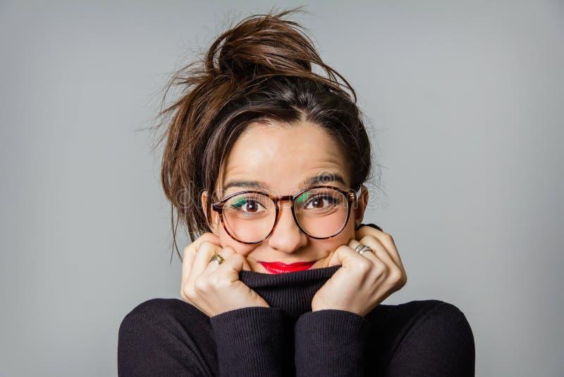 Πραγματικό κορίτσι με τα γυαλιά και τα κόκκινα χείλια που παίρνουν την στοκ φωτογραφία με δικαίωμα ελεύθερης χρήσης