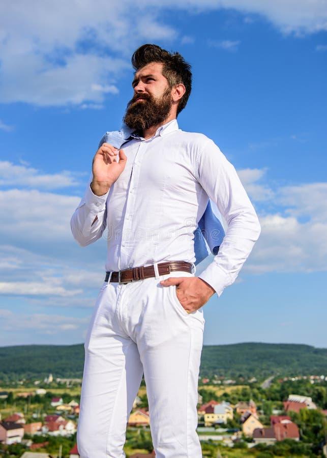 Πραγματικό ύφος ατόμων Η γενειάδα Hipster και mustache φαίνεται ελκυστικό άσπρο πουκάμισο Ο τύπος απολαμβάνει το τοπ επίτευγμα Γε στοκ φωτογραφίες