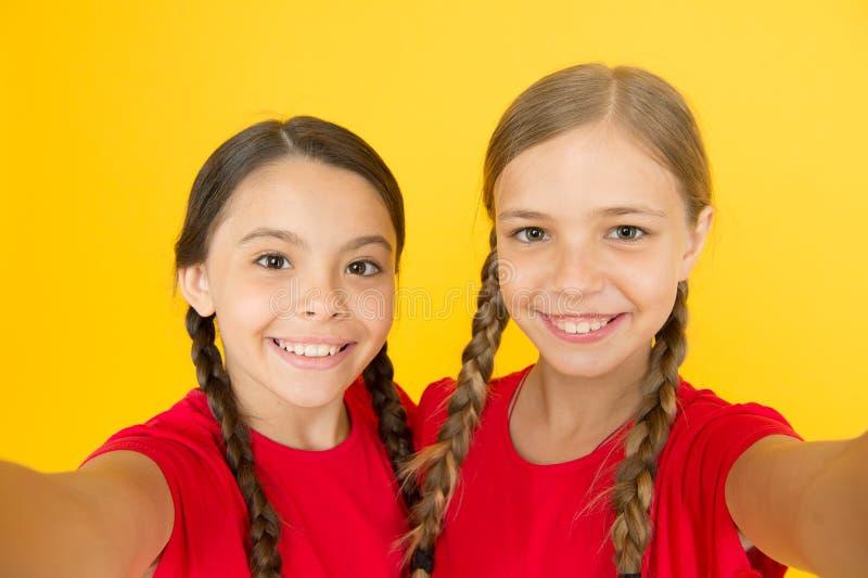 Πραγματικό heppiness selfie κορίτσια τα μικρά κορίτσια κάνουν selfie στο τηλέφωνο r αδελφότητα και φιλία ευτυχών παιδιών στοκ φωτογραφία με δικαίωμα ελεύθερης χρήσης