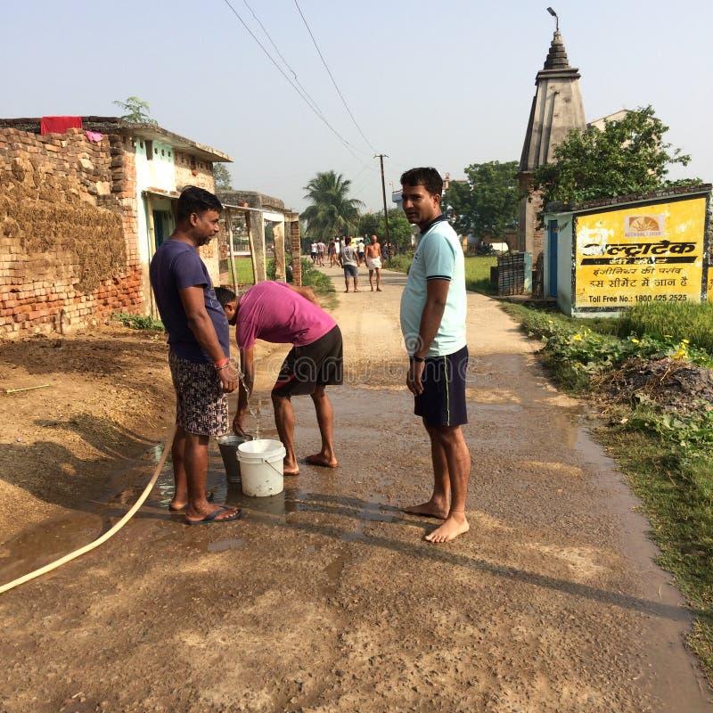 Πραγματοποιούντες εκστρατεία καθαρότητας σε ένα ινδικό χωριό στοκ εικόνα με δικαίωμα ελεύθερης χρήσης