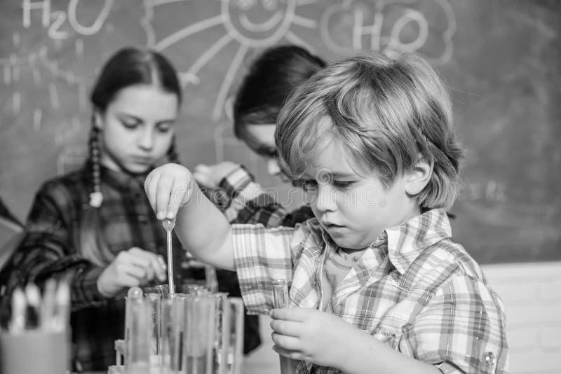 Πρακτική γνώση Φροντίδα των παιδιών και ανάπτυξη Σχολικές τάξεις Λατρευτοί φίλοι παιδιών που έχουν τη διασκέδαση στο σχολείο o στοκ φωτογραφίες με δικαίωμα ελεύθερης χρήσης