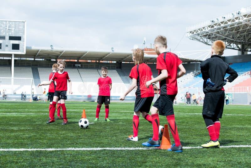 Πρακτική ποδοσφαίρου στο στάδιο στοκ φωτογραφίες