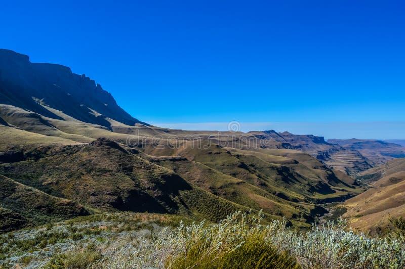 Πρασινάδα στο πέρασμα Sani κάτω από το μπλε ουρανό κοντά στο Λεσόθο Νότια Αφρική β στοκ εικόνα