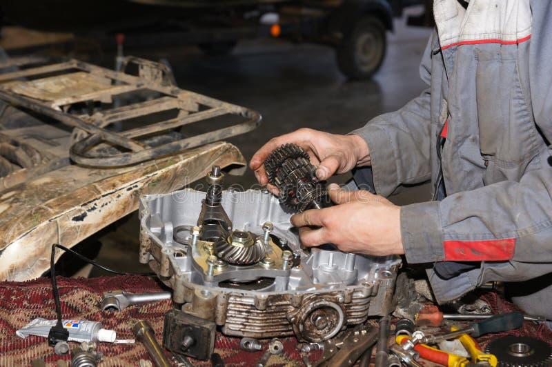 Πρατήριο βενζίνης επισκευής μηχανών στοκ εικόνα με δικαίωμα ελεύθερης χρήσης