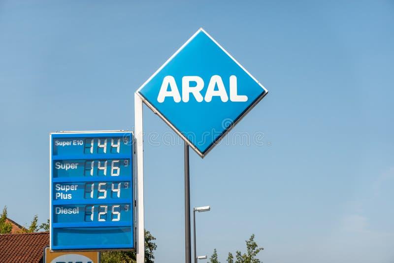 Πρατήριο καυσίμων της ARAL με τον τιμοκατάλογο και αξίες των διαφορετικών τύπων καυσίμων για την πώληση στοκ εικόνα