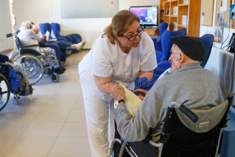 Πρεσβύτεροι και νοσοκόμα κατά τη διάρκεια του daylife τους σε μια ιδιωτική κλινική στη Μαγιόρκα στοκ φωτογραφία με δικαίωμα ελεύθερης χρήσης