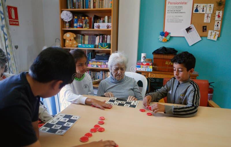 Πρεσβύτεροι και childs κατά τη διάρκεια των θεραπευτικών δραστηριοτήτων σε μια ιδιωτική κλινική στη Μαγιόρκα στοκ εικόνες με δικαίωμα ελεύθερης χρήσης