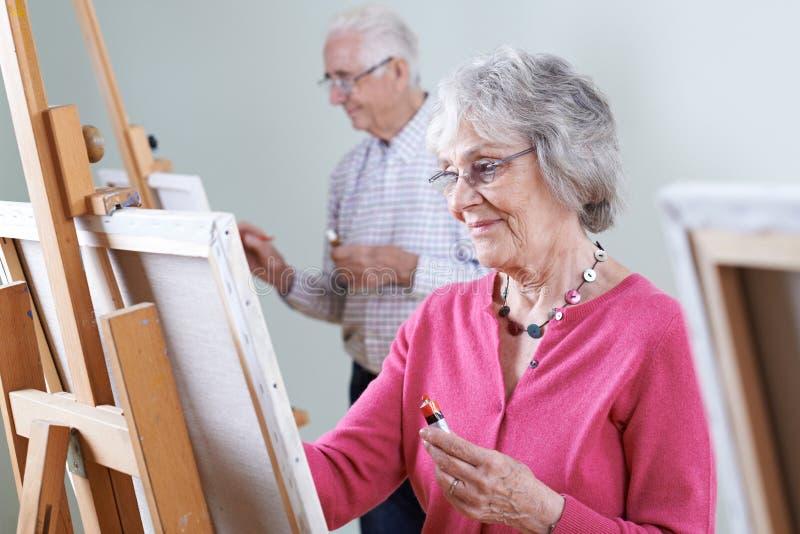 Πρεσβύτεροι που παρευρίσκονται στην κατηγορία ζωγραφικής από κοινού στοκ εικόνες