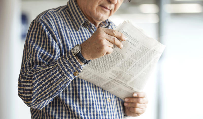 πρεσβύτερος ανάγνωσης ε& στοκ φωτογραφίες με δικαίωμα ελεύθερης χρήσης