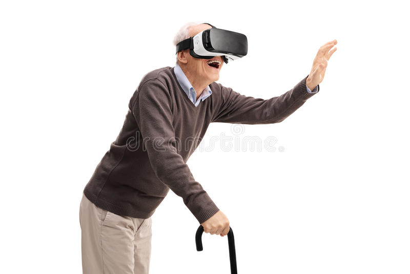 Πρεσβύτερος που έχει τη διασκέδαση που χρησιμοποιεί μια κάσκα VR στοκ φωτογραφία