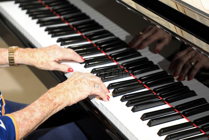 Πρεσβύτερος που παίζει το πιάνο στοκ εικόνες με δικαίωμα ελεύθερης χρήσης