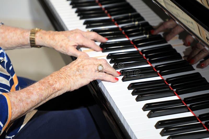 Πρεσβύτερος που παίζει το πιάνο στοκ φωτογραφία με δικαίωμα ελεύθερης χρήσης