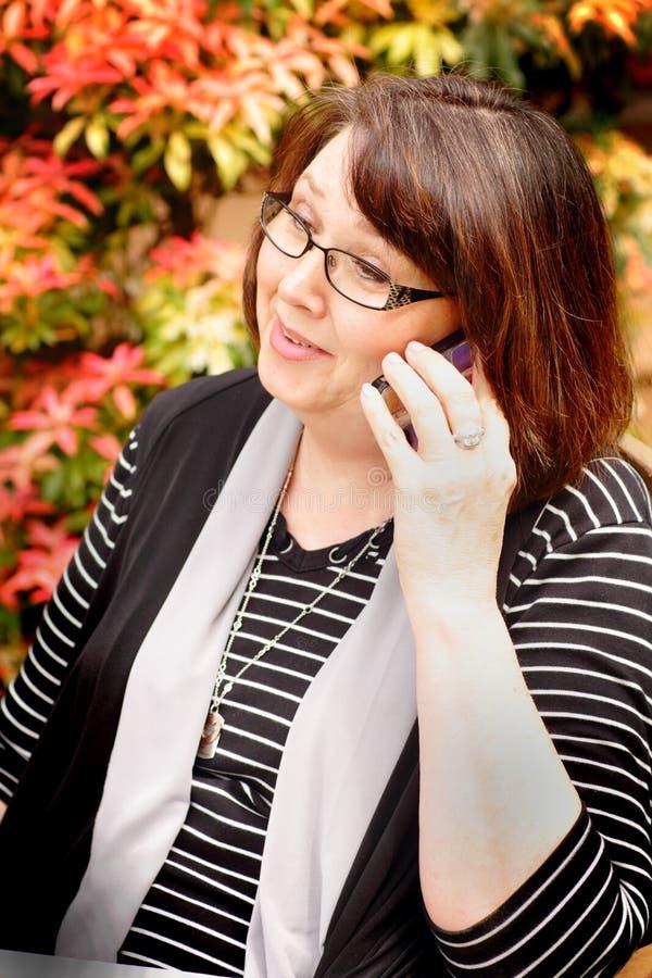 Πρεσβύτερος στο τηλέφωνο στοκ εικόνα με δικαίωμα ελεύθερης χρήσης