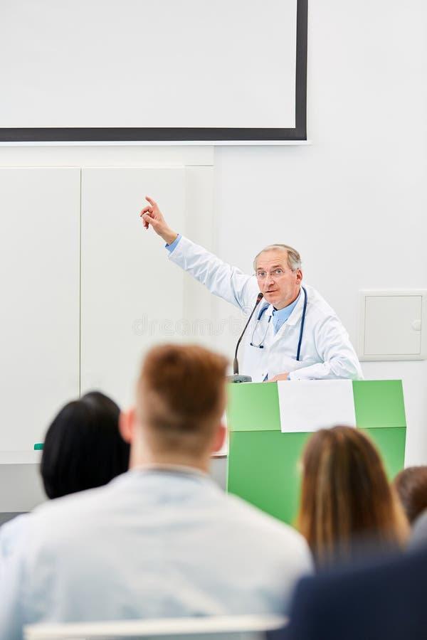 Πρεσβύτερος ως ομιλητή στη διάλεξη ιατρικής στοκ φωτογραφία με δικαίωμα ελεύθερης χρήσης
