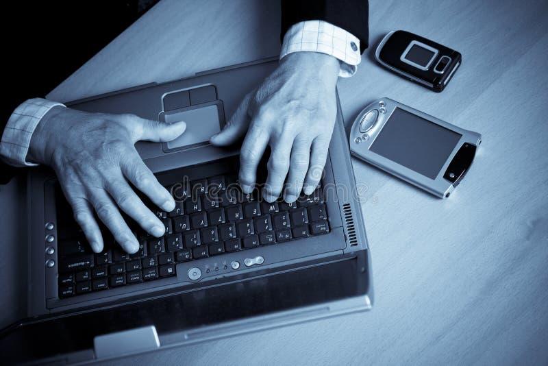 πρεσβύτερος lap-top επιχειρηματιών στοκ εικόνες