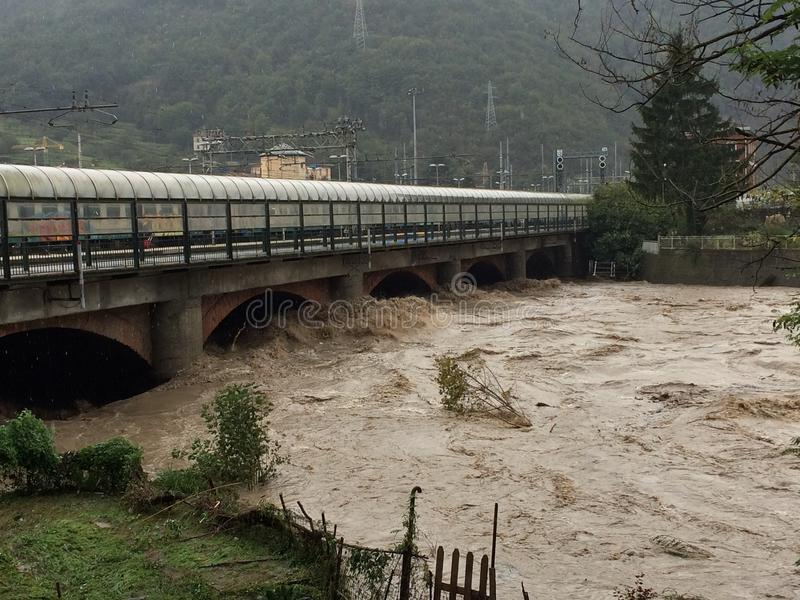 Πρησμένοι ποταμός και γέφυρα στοκ φωτογραφία