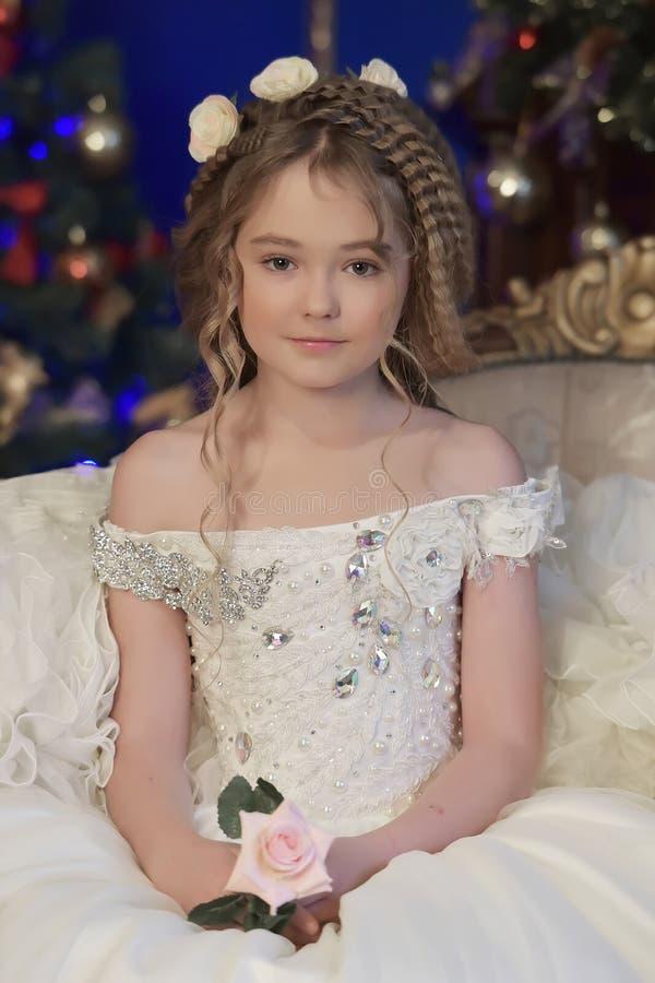 Πριγκήπισσα σε ένα άσπρο φόρεμα αναδρομικό στοκ εικόνες