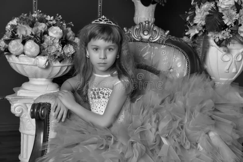 Πριγκήπισσα σε μια καρέκλα, μια μονοχρωματική φωτογραφία στοκ εικόνες