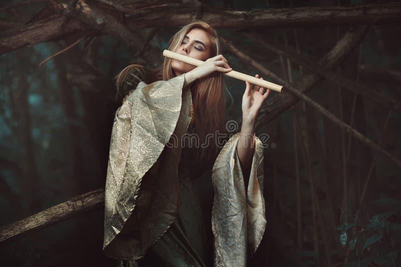 Πριγκήπισσα των νεραιδών που παίζουν το φλάουτο στοκ εικόνα με δικαίωμα ελεύθερης χρήσης