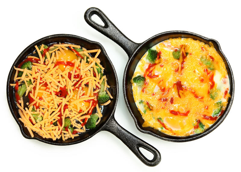 Πριν και μετά από το μαγειρευμένο και ακατέργαστο αυγό Skillet με Brocoli και Che στοκ φωτογραφίες